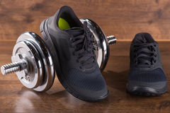 Пестротканые ботинки спортзала молодости на поле Стоковое Фото