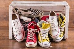 Пестротканые ботинки спортзала молодости на поле Стоковое фото RF