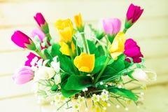 Пестротканые вазы цветка (ориентированный на Изображени фокус в какой-то момент) Стоковое Изображение