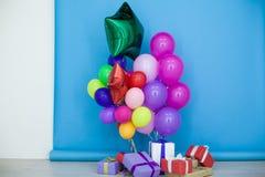 Пестротканые воздушные шары и подарки на праздник Стоковые Фото