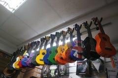 Пестротканые гитары гавайской гитары в магазине музыкального инструмента Стоковое Фото