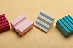 Пестротканые деревянные кубы Логика и идеи стоковая фотография