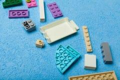 Пестротканые детали конструктора детей на голубой предпосылке : стоковая фотография rf