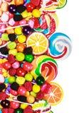 Пестротканые леденцы на палочке, конфета и жевательная резина Стоковое фото RF