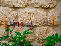 Пестротканые зажимки для белья на веревочке для одежд засыхания, против a Стоковые Фото