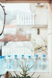 Пестротканые зажимки для белья на веревочке для одежд засыхания, против a Стоковая Фотография