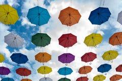 Пестротканые зонтики вися высоко над землей стоковая фотография
