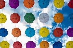 Пестротканые зонтики вися высоко над землей стоковая фотография rf