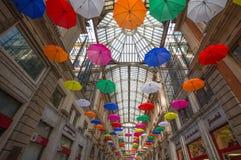 Пестротканые зонтики в небе над Galleria Mazzini в центре Генуи, Италии стоковые изображения