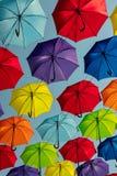 Пестротканые зонтики против неба, украшенная улица Стоковая Фотография