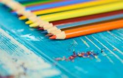 Пестротканые карандаши на деревянной предпосылке Много красивых multic стоковые изображения