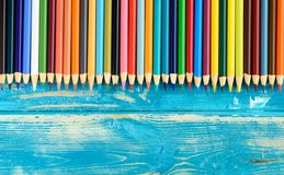 Пестротканые карандаши на деревянной предпосылке Много красивых multic стоковые фотографии rf