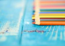 Пестротканые карандаши на деревянной предпосылке Много красивых multic стоковая фотография rf