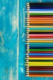 Пестротканые карандаши на деревянной предпосылке Много красивых multic стоковые фото