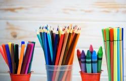 Пестротканые карандаши на деревянной предпосылке Много красивых multic стоковое фото rf