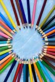 Пестротканые карандаши на деревянной предпосылке Много красивых multic стоковое изображение