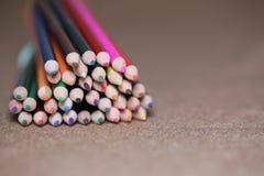 Пестротканые карандаши на таблице Стог покрашенного ti карандашей Стоковые Фотографии RF