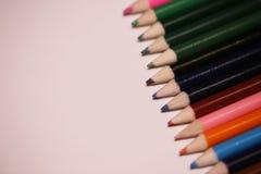 Пестротканые карандаши на таблице Стог покрашенного ti карандашей Стоковое Изображение RF