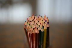 Пестротканые карандаши на таблице Стог покрашенного ti карандашей Стоковое Изображение