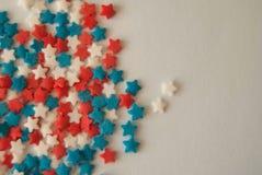 Пестротканые красные белые голубые звезды стоковое изображение rf