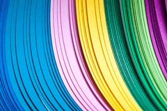 Пестротканые листы бумаги в пакете абстрактная предпосылка цветастая Стоковое Фото