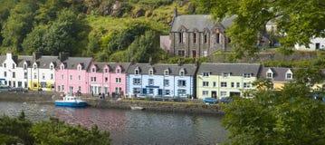 Пестротканые дома в Portree Остров Skye Шотландия Великобритания стоковые фотографии rf