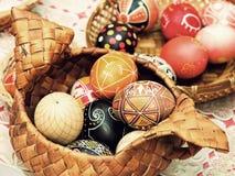 Пестротканые пасхальные яйца в крупном плане соломы принятом баком Стоковые Фото