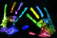 Пестротканые печати руки на черноте Стоковое Изображение RF