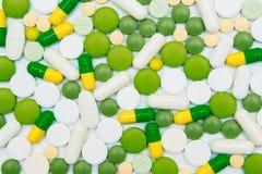 Пестротканые пилюльки на белой предпосылке Стоковое Фото