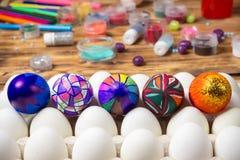 Пестротканые покрашенные пасхальные яйца, белый поднос, фотография еды подготовки Стоковая Фотография RF