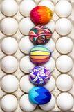 Пестротканые покрашенные пасхальные яйца на белизне в подносе, фотографии еды Стоковое фото RF