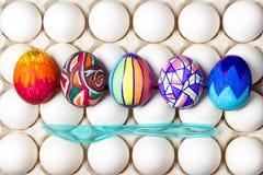 Пестротканые покрашенные пасхальные яйца на белизне в подносе, фотографии еды Стоковое Изображение