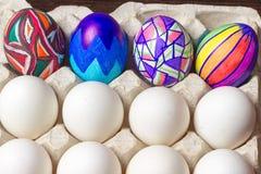 Пестротканые покрашенные пасхальные яйца на белом подносе, фотографии еды Стоковая Фотография