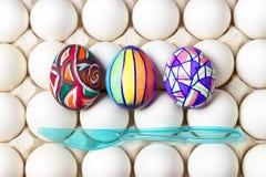 Пестротканые покрашенные пасхальные яйца на белом подносе, фотографии еды Стоковые Изображения RF