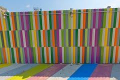 пестротканые покрашенные стены тротуара стоковые фотографии rf