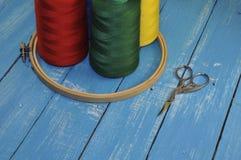 Пестротканые потоки, обруч и ножницы для шить и вышивают Стоковые Изображения RF