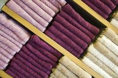Пестротканые полотенца на деревянные полки Стоковое Изображение RF