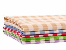 Пестротканые полотенца салфеток изолированные на белизне Стоковое Фото