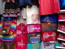 Пестротканые рубашки и сумки для продажи в Лиме Стоковое фото RF