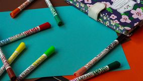 Пестротканые ручки войлок-подсказки лежат на красочном ярком картоне рядом с блокнотом стоковое фото