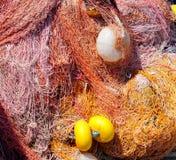 Пестротканые рыболовные сети и поплавки нейлона стоковые фото