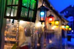 Пестротканые света на ярмарке в городе для рождества Стоковое Фото