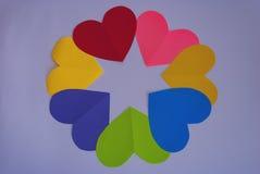 Пестротканые сердца выровнялись в круге на белизне Стоковая Фотография RF