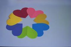 Пестротканые сердца выровнялись в круге на белизне Стоковое фото RF
