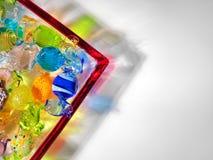 Пестротканые стеклянные помадки в блюде, съемке студии стоковое изображение rf