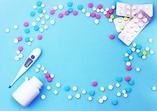 Пестротканые таблетки на голубой предпосылке с космосом экземпляра стоковое изображение rf