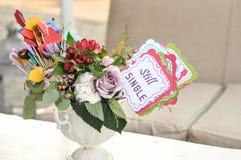 Пестротканые украшения букета и бумаги свежих цветков в вазе на таблице и бирке с словами все еще определяют венчание таблицы сте Стоковое Изображение RF