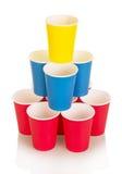 Пестротканые устранимые бумажные стаканчики изолированные на белизне Стоковые Фото