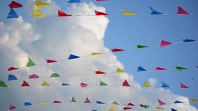 Пестротканые флаги пошатывая в ветре на предпосылке облаков акции видеоматериалы