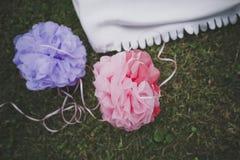 Пестротканые шарики помпона бумаги на предпосылке зеленой травы стоковая фотография rf